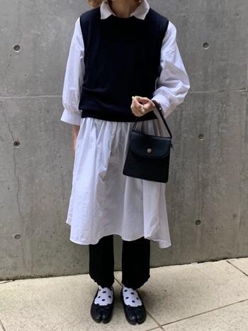 真っ白なシャツワンピが際立つように、他はブラックで揃えて。コンパクトなバッグや靴下の水玉柄でコーデに遊びを取り入れましょう♪