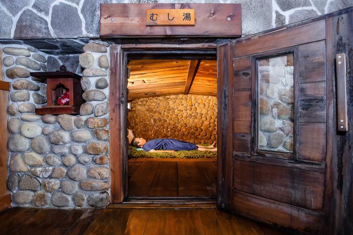 """温泉の蒸気で""""蒸し風呂""""になっている、約8畳ほどの石室に入って、寝転がってみてください。  温泉の熱でぽかぽかの床には石菖(せきしょう)という薬草が敷きつめられていて、 まさしく、ほわほわと""""蒸される""""感覚を楽しめますよ。   じっくりと体を温めて汗をかいた後は、温泉に入浴し本洗いをして、終了。湯上り後はしっかり水分補給をして・・・体がほぐれて軽く感じられ、気持ちがいいですよ*"""