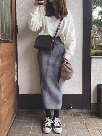 きれいなシルエットのタイトスカートにスニーカーを合わせ、歩きやすそうなカジュアルコーデにまとめています。スカートできれいめな雰囲気を残しつつスニーカーでカジュアルに外すのも、おしゃれで素敵ですよね。さりげなくバッグとスニーカーの色を揃えているのも、すっきりとおしゃれに見えるポイントです。