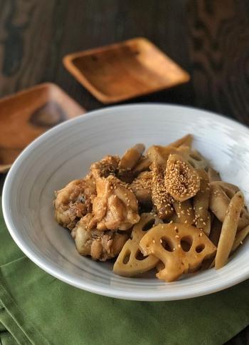 ごぼうとレンコンの根菜と手羽元を使った炒め煮のレシピ。鶏肉なのでヘルシーです。水分が無くなるまで煮詰めて、照りが出てきたら完成です。