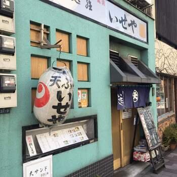 都営大江戸線・蔵前駅から3分ほど。創業から120年あまりの江戸前天ぷらの店。出前も行い、地元の人びとに愛されています。