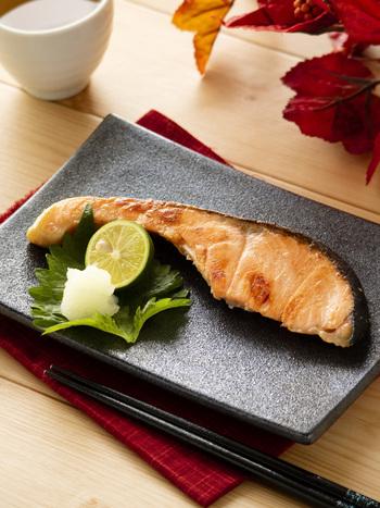 """白いご飯に味噌汁ときたら、メインは香ばしく焼いた美味しい""""焼き魚""""ですよね。こちらは家庭の味噌で簡単に作れる「鮭の西京焼き風」です。秋鮭が美味しいこれからの季節におすすめの一品。普通のお味噌にみりんや砂糖を加えて甘く味付けすることで、家庭でも西京漬けの味を楽しむことができますよ。"""