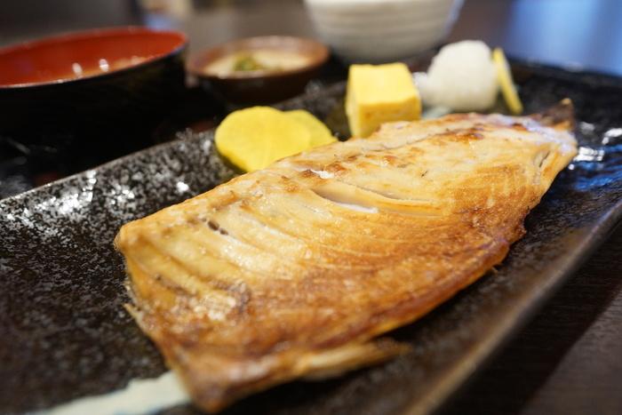 こちらのお店は焼き魚も名物です。身が厚くふっくらとしていて味の濃い焼き魚は、ホッケや鮭・塩サバなど種類も豊富です。観光客にも地元の方にも愛されているお店ですよ。