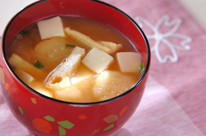リッチな味わいの卵かけご飯には、シンプルな「豆腐の味噌汁」がぴったりです。作り置きの出汁を活用すると、より手早く簡単に美味しい味噌汁が作れますよ。