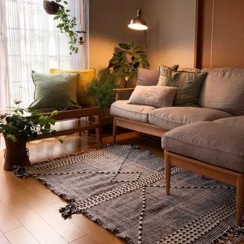ソファの足元には、ラグを。床に足を付けてもひんやりせず、心地よい踏み心地が快適性を高めてくれますよ。  ソファの横幅よりもやや大きめサイズのラグを選べば、バランスよく仕上がります。