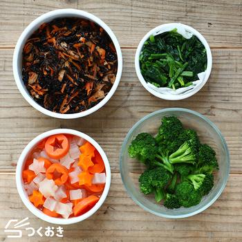 和え物や煮物などのおかずの他に、ほうれん草やブロッコリーなど茹でた野菜をストックしておくのも◎。サラダ・炒め物・スープなど幅広い料理にアレンジできるので、お弁当のおかずにもおすすめですよ。以下のリンク先のページでは様々な「作り置きレシピ」が紹介されています。ぜひ参考にしてみてくださいね。