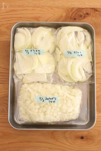 料理の時短化には野菜の下処理をして冷凍保存しておくのもおすすめです。炒め物やスープなど出番が多い玉ねぎは、こんな風にスライスしたりみじん切りにして冷凍保存しておくと、すぐに使えて便利ですよ。また、冷凍することによって味が染み込みやすくなったり、素材の旨みがUPするなど様々なメリットもあるそうです。
