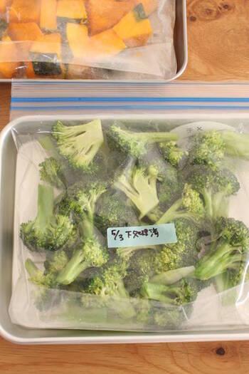 野菜を冷凍する際には、こちらの写真のように日付を記入しておくと、食材を新鮮なうちに使い切ることができますよ。野菜の種類によって生のまま冷凍できるものや、加熱してから冷凍した方が良いものなど、それぞれ保存方法が異なります。以下のリンク先のページで詳しく紹介されていますので、野菜を冷凍保存する際にはぜひ参考にしてみてくださいね。