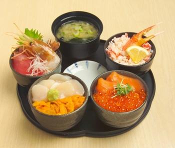 こちらも人気の「丸鮮丼」です。ウニ・ホタテ丼、イクラ・サーモン丼など4つの丼ぶりと汁ものがセットになったお得なメニューです。こっちの丼ぶりもあっちの丼ぶりも美味しそう!となかなか決められない方にぴったりですよ。
