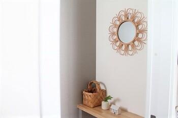 ナチュラル感のあるラタンミラーを玄関に。 美しい装飾がインテリアのアクセントになるのはもちろん、朝のちょっとした身だしなみチェックにも役立ちます。