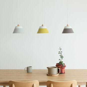 光の色は、食欲をそそる色味の暖色系を選ぶのがおすすめ。同じタイプのライトを並べるのも素敵です。消灯しているときも、リズムのあるインテリアを楽しめますよ。