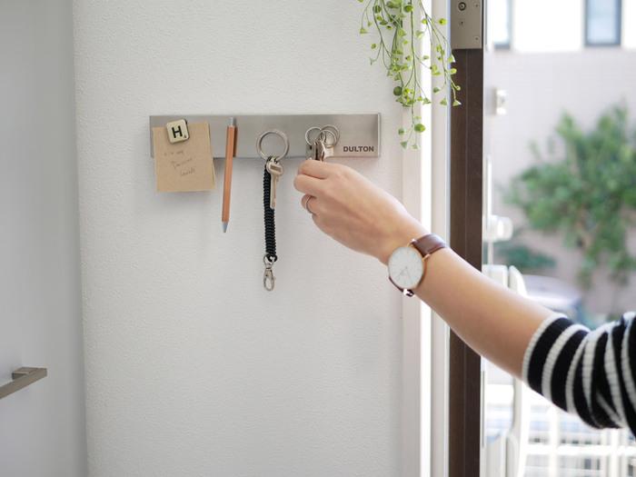 マグネット式ホルダーを使えば、壁やドアなどを鍵置き場として活用できます。 靴箱などモノを置くスペースがないときにとっても便利。 強力な磁力で、ペンや工具までくっつく優れもの。インテリアの邪魔をしないクールな質感も魅力的です。