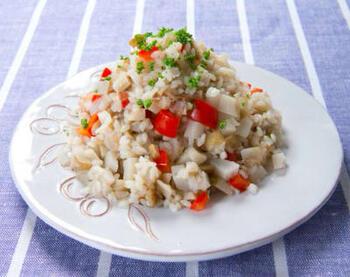 食物繊維豊富なレンコンとごぼうを使った根菜リゾット。ごはんの量が少なめでも歯ごたえがあるので満足できます。かつお節や塩昆布のうま味もたっぷり。