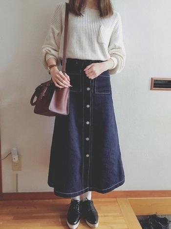 ボタンやステッチ使いなどデザインが効いたデニムスカートは、プチプラで取り入れてみましょう。トップスはシンプルにまとめると◎白のリブニットをインしてすっきりとした印象です。