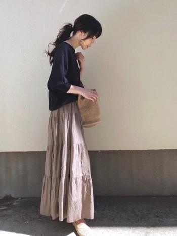 引き続き人気のティアードスカートには、ボートネックタイプのニットを合わせて女性らしさを演出。さり気なく袖をロールアップして、ぬけ感を出すと重たい印象になりません。