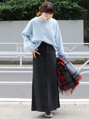 水色ニットが引き立つ上品なフェミニンカジュアルコーデです。カジュアルなデニムスカートはブラックデニムなど濃い色と、ストンとしたシルエットをチョイスすると大人っぽい印象に。チェックストールでアクセントを加えても素敵です。