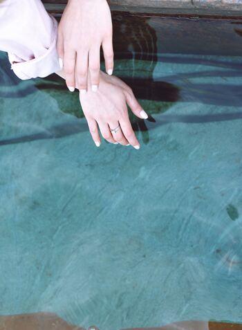 ヌーディーベージュカラーを塗るならハンドケアもしっかりして、よりキレイに保ちたいですよね。ネイルの基本は保湿です。お爪周りは乾燥で硬くなりやすいので保湿の際にはお爪周りをくるくるとマッサージするように押す目の周りにもしっかりと保湿をしてあげるようにしましょう◎