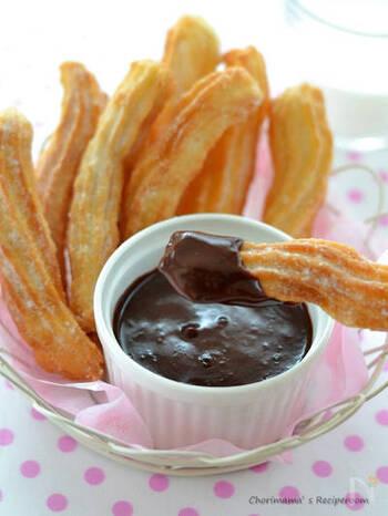 サクッと揚がったチュロスにホットチョコレートをつけると格別の美味しさです。たっぷり付けて、とろ~り甘いおやつタイムを楽しんで。ホワイトチョコもおすすめです。
