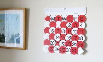 """「D-BROS」の""""What do you see?""""というカレンダーは、その月をイメージしたデザインになっています。その名の通り、カレンダーを見る人によってデザインの見え方はさまざま。"""