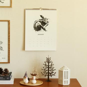 フィンランドのアーティスト・Teemu Jarviが描いた美しいアートをカレンダーに。筆と墨を使って、フィンランドの動物や植物が繊細に描かれています。