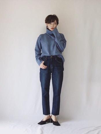 アンクル丈のデニムに、上品なくすみブルーのニットをアクセントとして使ったおしゃれコーデ。デニムのカジュアルさとニットの女性らしさを融合したワンランク上のスタイリングです。