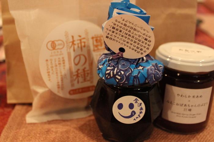 たなつやさんには他にもたくさんの穀物加工品が並べられています。石川県で作られた大豆を使ったお菓子や玄米のおせんべいなど種類豊富で、お土産探しにもおすすめのおしゃれなショップです。
