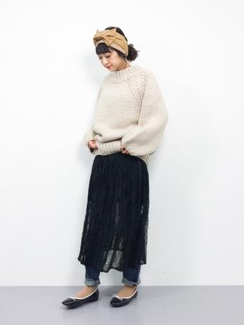 春夏のイメージが強いレーススカート。ニットセーターやデニムパンツを重ね穿きすることで冬も活躍。ほんのり透け感が、黒の重さを軽減してくれます。リボンのヘアバンドとクラシカルなぺたんこ靴でかわいらしくスタイリング。
