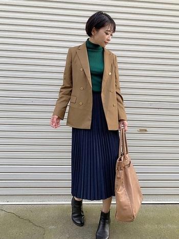 ユニクロのプリーツはスタンダードなデザインで、着る人を選ばない万能アイテム。ネイビーブルーのプリーツなら、デイリーでもオフィスシーンでも品よくおしゃれに♪