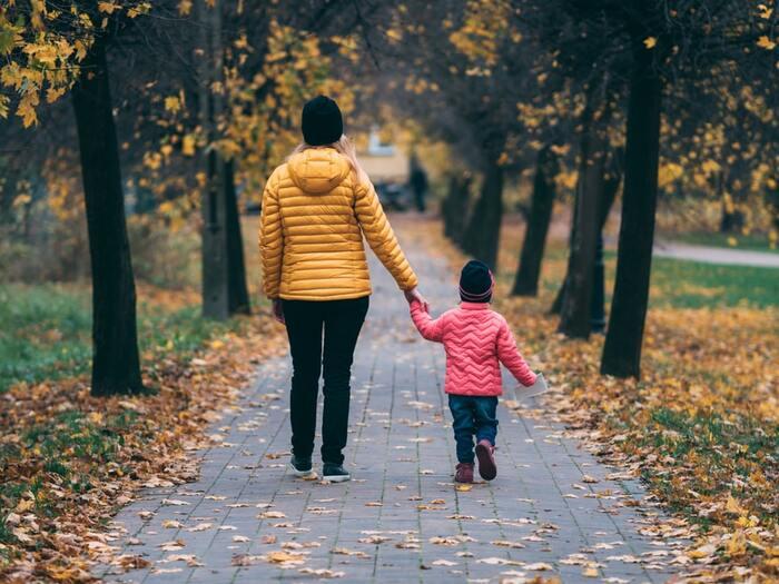 毎日の子育てに家事やお仕事、おつかれさまです。子どもと一緒の毎日はかけがえのない楽しいものですが、ママになってバタバタする日々でも自分らしいおしゃれを楽しみたいと考える方も少なくないのでは。「うっかり汚しちゃった…」そんな場面でも無理なくできる、ママコーデをおしゃれに見せるヒントを集めました。