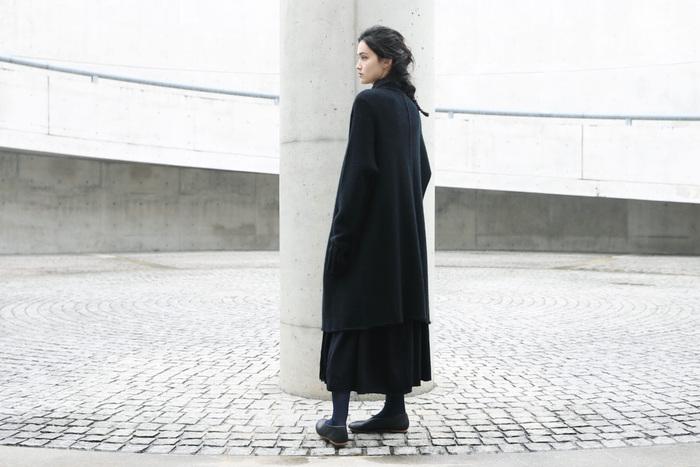 長めの着丈はロングスカートやワンピースとのバランスもとりやすい。ポケットのステッチなどディティールにこだわりを感じますが、シンプルなデザインなので飽きずに長く着られそうです。カラーはブラックのみ。