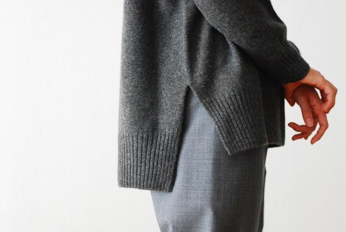 裾のスリットや前後の長さの違いで、動いた時に表情が出るのが素敵。チャコールブラウンとオフホワイトの2色です。