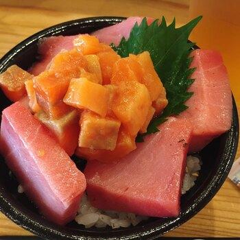 その場でネタを盛り付けてくれる海鮮丼は、器からはみ出る程の大きさと身の厚さに、誰もが驚きます。大阪らしくリーズナブルにたっぷりと新鮮な魚介を楽しめる人気店です。
