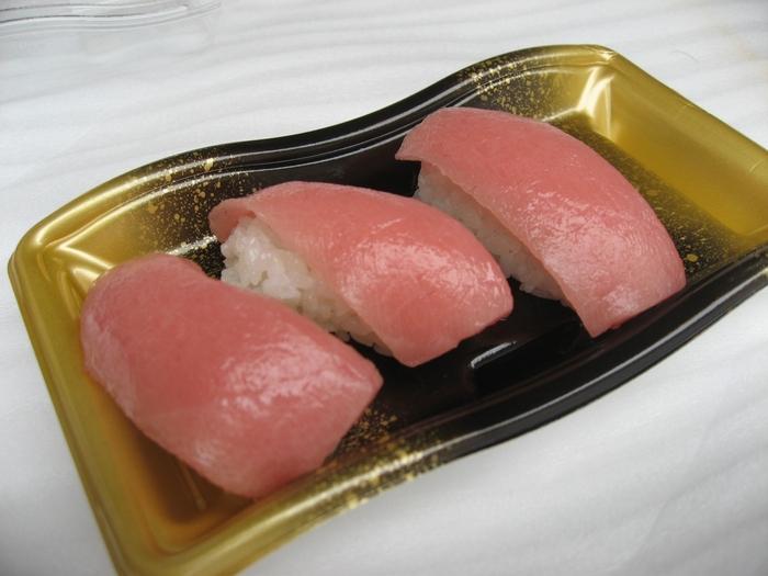 解体した生マグロは、その場で握りとして食べることができます。解体したばかりのマグロは新鮮さと甘味がまるで違うので、大変おすすめです。