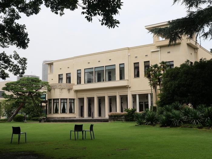 「東京都庭園美術館」は、都会の喧噪を忘れゆっくりと過ごすことができる美術館。1933年に建造された朝香宮邸だった建物で、1993年に東京都の有形文化財に、2015年に国の重要文化財に指定されています。外観はシンプルですが、内装には当時流行したアール・デコ様式で統一され、世界の同様式の個人住宅の中でも高い評価を得ています。