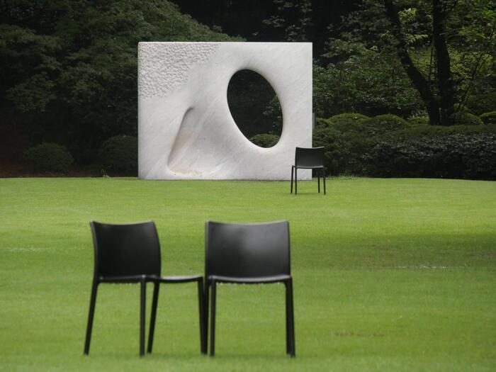 建物を堪能したあとは、芝生広場、日本庭園、西洋庭園の3つのエリアからなる庭園で散歩や椅子に座って読書をしたり、思い思いにくつろぐことができます。