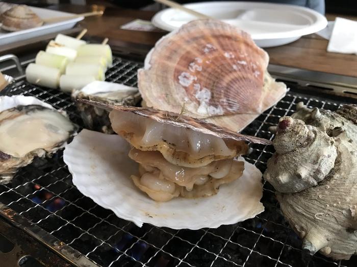 黒潮市場の1Fには様々なグルメを自由に楽しめるグルメコーナーがあります。「浜焼きバーベキューコーナー」は約70種類もの食材を鶴亀商店街から自由に選び、焼いて食べることができます。貝や魚、野菜まで好きなものをたっぷり楽しめる名物コーナーです。