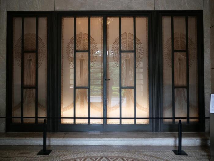 フランスを代表するガラス工芸家、ルネ・ラリックの作品である玄関の女神像ガラスレリーフや、大客室のシャンデリアも必見です。
