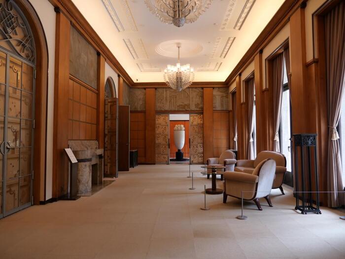 内装はフランスのインテリアデザイナー、アンリ・ラパンが担当。直線と円を組み合わせた幾何学的なデザインと壁面のウォールナット材の温かみが融合され、豪華でありながら落ち着いた空間になっています。