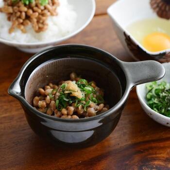 朝食には欠かせない納豆をふんわりと仕上げてくれる納豆鉢。内側にあるすり鉢のような溝が、納豆と器の間に空間を作り、かき混ぜていくとふわっとした食感に。片口からこぼさずごはんに盛ることができ、手も汚れません。いつもの納豆がぐんと美味しくなりますよ。