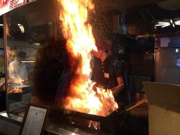 鰹を藁で一気に焼き上げる様子は店頭で見ることができます。ものすごい火柱の中で鰹を職人さんが焼き上げていく姿は、圧巻ですよ。