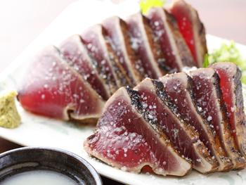 高知の名物である鰹のタタキは、ひろめ市場内にもたくさんの店舗で楽しめます。明神丸は藁で焼きあげた鰹のタタキを、ポン酢ではなく天日塩で食べる本場土佐流を楽しめるお店です。