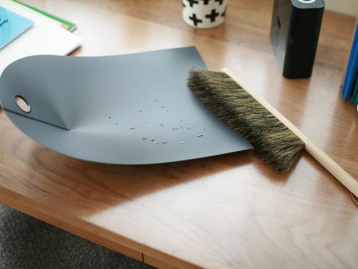 机の上にたまった消しゴムのかすなどは、小さなブラシとちり取りを用意しておくとまとめやすく。鉛筆削りのかすなども散らばりやすいため、用意しておくと重宝しますよ。