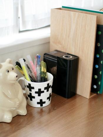 鉛筆やペンなどの文房具は立てて収納。取り出しやすくしまいやすいよう、本数を少なめにまとめるのがきれいを保つコツです。