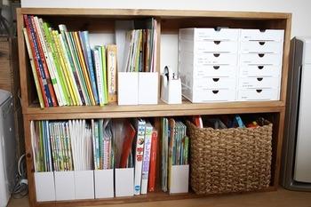 倒れやすい教材やプリント類などは、ファイルボックスを使うと見た目も使いやすさもアップします。  片付け上手なママが全てやってしまうと、お子さん目線では少し複雑な収納に思えることも…。どのくらいのファイルボックス量なら見分けがつきやすいか、使いやすいかをお子さんと一緒に考えてみては。
