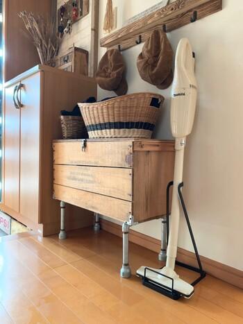 スティック掃除機は、思い立ったときにすぐ掃除できる気軽さが魅力。生活空間で見せて収納しても、自然になじむシンプルデザインのアイテムが多くなっています。リビングなどにスタンドを設置している方も多いよう。