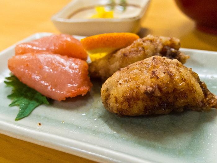 山笠セットには、福岡名物の明太子とふぐの唐揚げがセットになります。言うまでもなく美味しい本場の明太子や、新鮮なフグを使った揚げたての唐揚げは大変人気ですよ。海外の観光客にも人気のお店です。