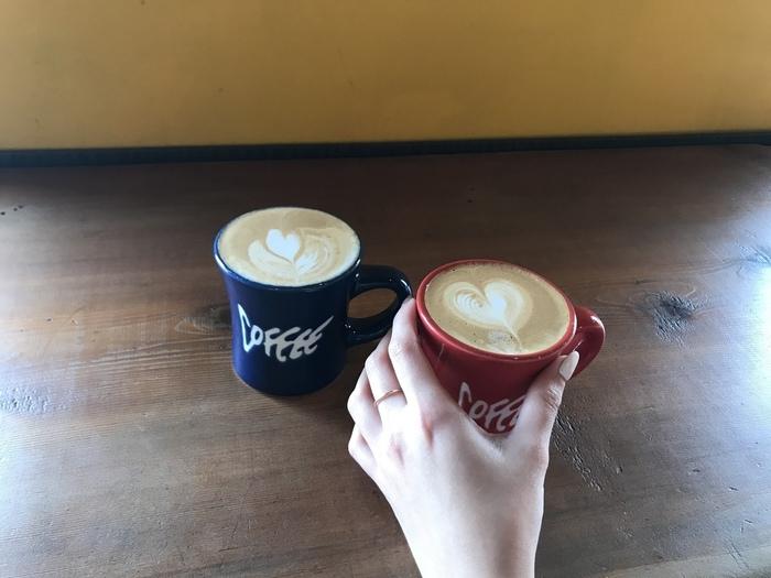 コーヒーは一杯ずつ丁寧に作ってくれます。特にラテの種類が多く、ラテアートもかわいい仕上がりですよ。環境にも気遣っているお店で、コーヒーの入れ物や豆カスまでリサイクルする取り組みがされています。