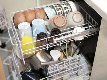 手洗いするよりも美しく、より節水で洗ってくれる機種も多く、衛生的なのも嬉しいところ。水切りかごを置けるスペースがあれば設置できる機種もあるため、賃貸マンションなどでも取り入れられます。  食事後の忙しい時間を、他のことに充てられる幸せ、実感してみませんか。