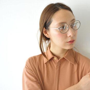「丸眼鏡」は存在感抜群!ほぼ正円で、ラウンドタイプとも呼ばれています。丸眼鏡は、つけると柔らかく女性らしい印象に。