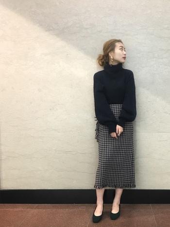 タイトなシルエットでありながら裾のフリンジがかわいい千鳥格子のスカート。ワントーンで合わせるだけでもクラシカルな印象に。上級コーデならバーガンディやビビットなパープルと合わせてみるのも◎